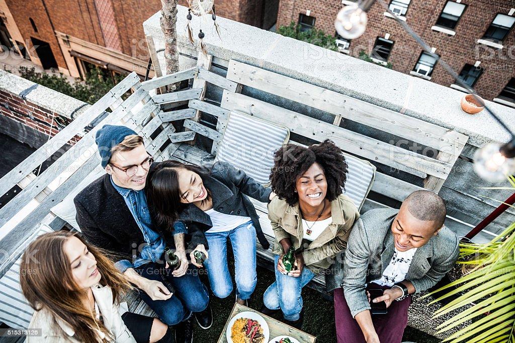Beste Freunde feiern auf dem Dach in New York Manhattan – Foto