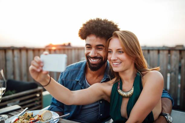 beste freunde nehmen selfie auf handy auf dem dach - alvarez stock-fotos und bilder