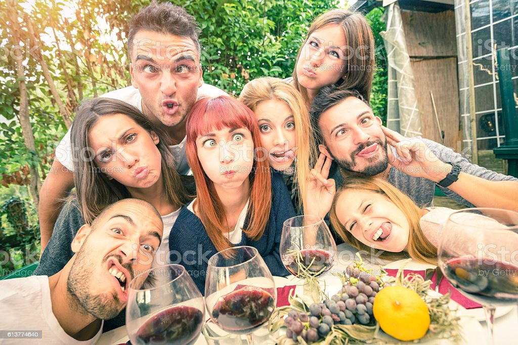 Best friends taking selfie outdoor at winery tasting wine​​​ foto