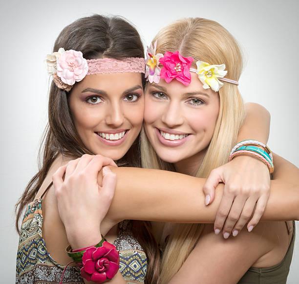 beste freunde, zwei schöne frauen - hippie kostüm damen stock-fotos und bilder