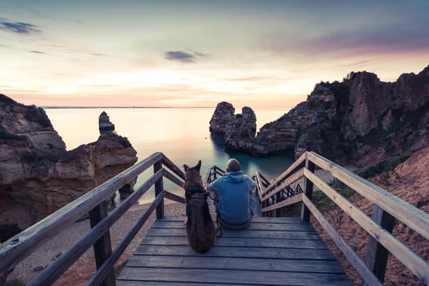 beste freunde-fernweh sonnenaufgang am strand zu beobachten - storytelling fotos stock-fotos und bilder