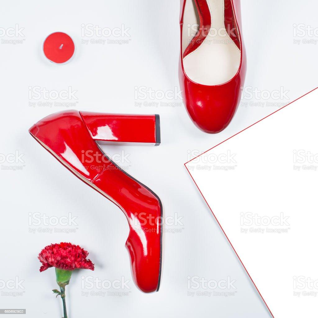 beste Geschenk - paar rote Schuhe. Stilvolle trendige Fersen. Sommer-Mode, Luxus-Party-Schuhe. Minimale Modekonzept Lizenzfreies stock-foto