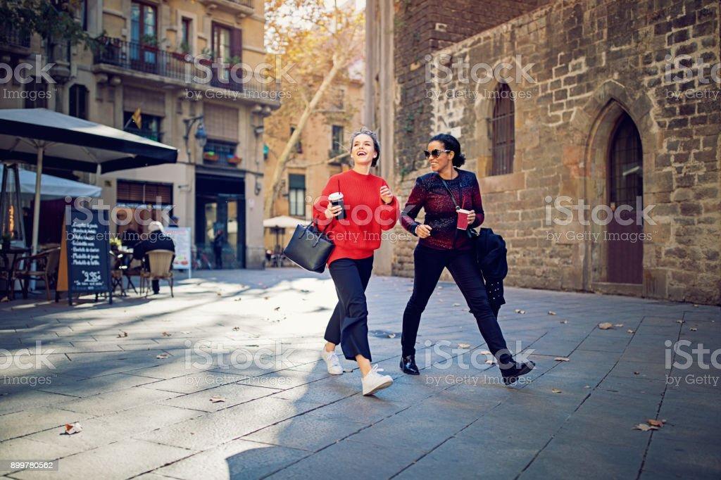 Mejores amigas son caminar y explorar la quarther gótica - foto de stock