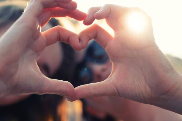 Beste Freundinnen machen herzförmige Händen – Foto