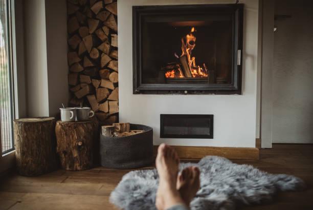 beste weg, um wintertag verbringen - kamin wohnzimmer stock-fotos und bilder