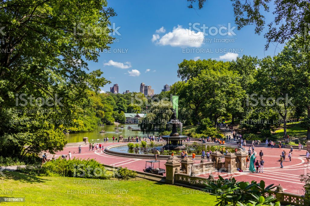 Bethesda Terrace and Fountain, and The Lake in Central Park, in summer, with people - foto stock