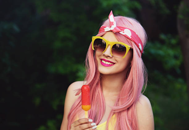Beuatiful girl holding helado en el Parque - foto de stock