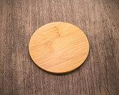 レトロな背景に木材から作られた飲料コースター マグカップ。