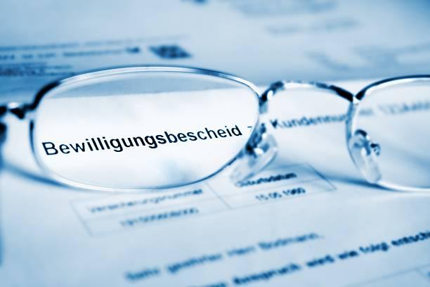bewilligungsbescheid- brille auf deutsch dokument - rentenpunkte stock-fotos und bilder