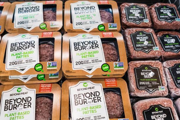 más allá de los paquetes de hamburguesas y carnes más allá - vegana fotografías e imágenes de stock