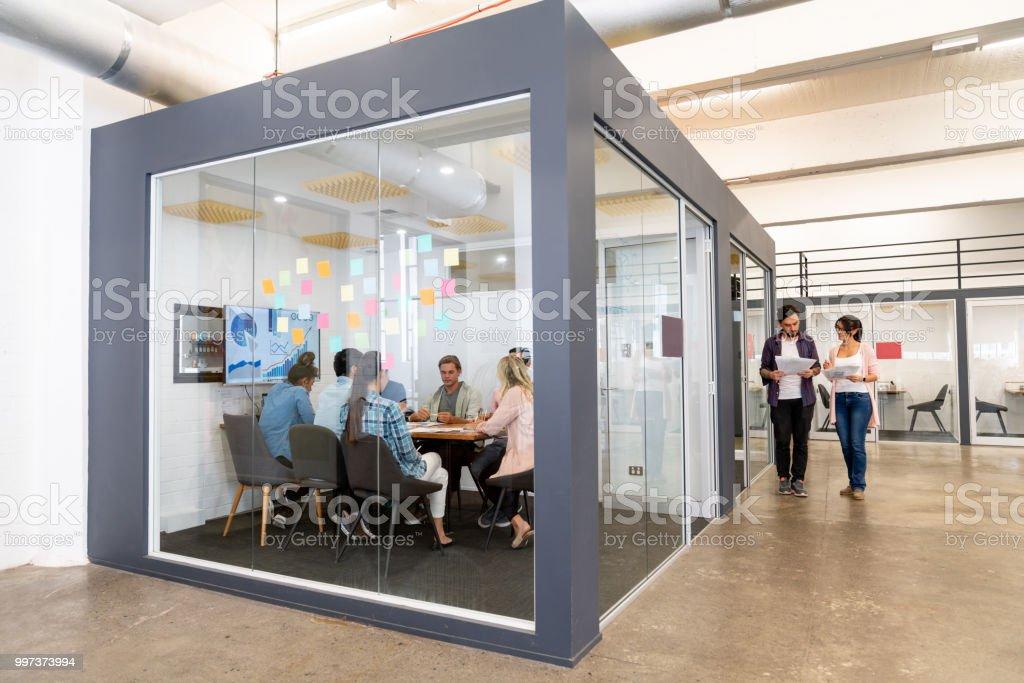 BGroup de personnes à une réunion d'affaires dans un bureau de création - Photo