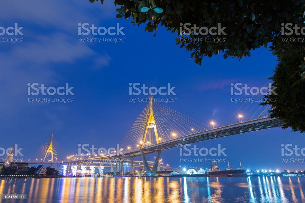 Bhumibol Brücke bei Nacht. – Foto