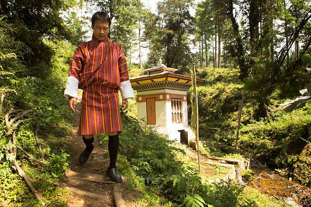 Bhutaner Mann und Tempel – Foto