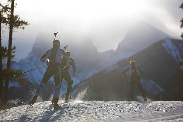 biathlon ski-rennteilnehmer - skirennen stock-fotos und bilder