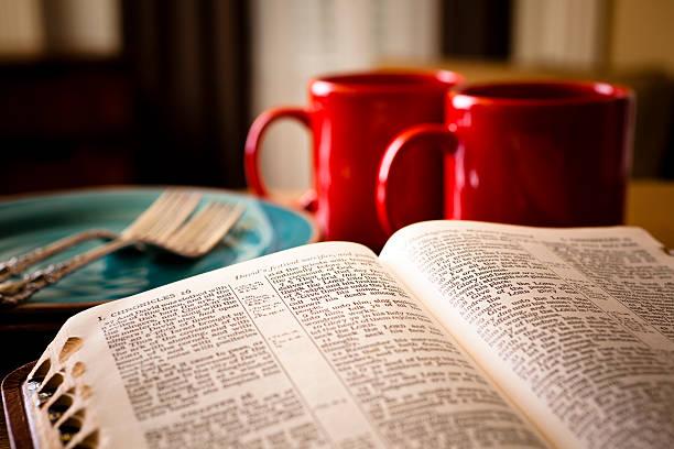 bibel und kaffee set für zwei tassen gerichte mit rot - dinge die zusammenpassen stock-fotos und bilder