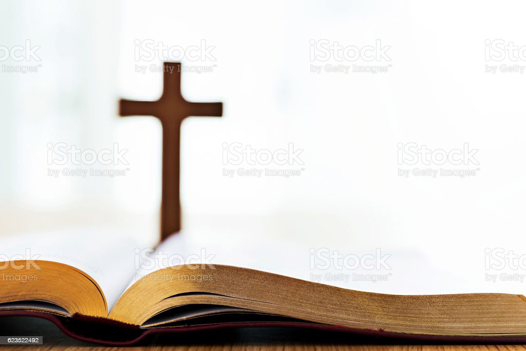 Bible and cross on desk – Foto