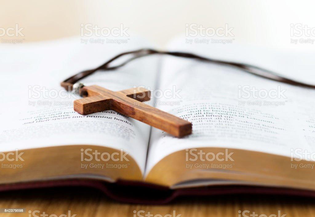 Bibel und Kreuz auf Schreibtisch – Foto