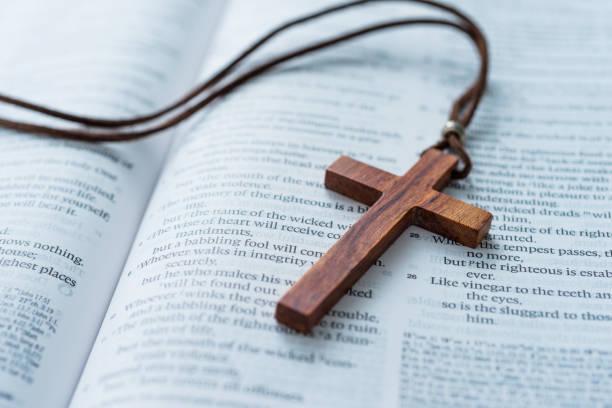 bibeln och kors på trä skrivbord - kors bildbanksfoton och bilder