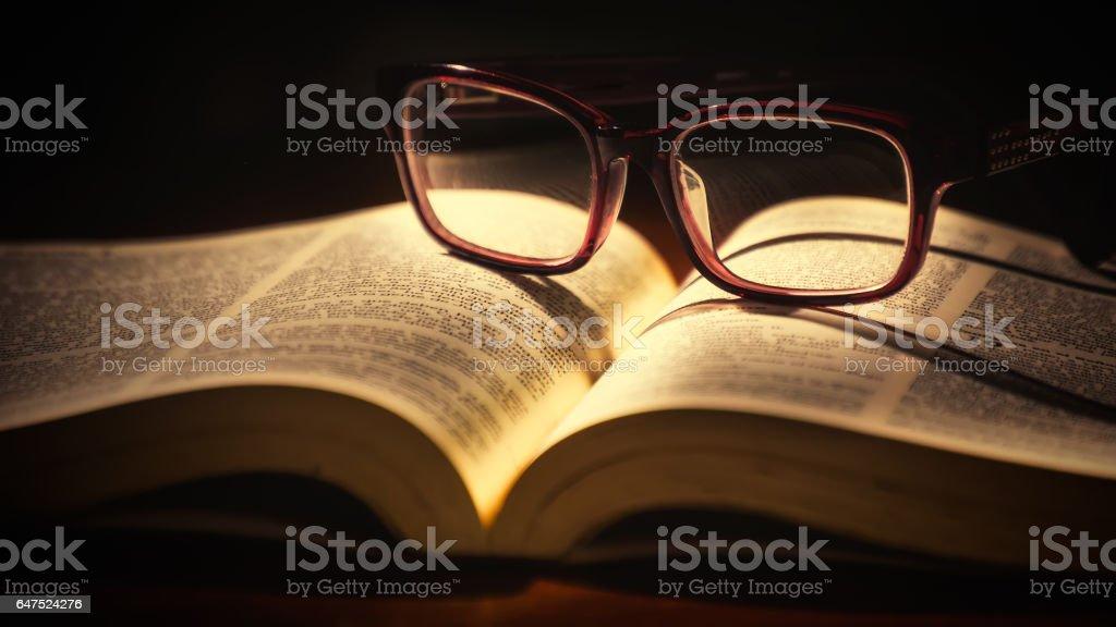 Biblia y gafas de lectura - foto de stock