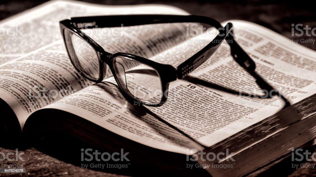 Biblia y gafas de lectura. - foto de stock