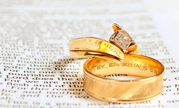 bible et anneaux de mariage - objet gravé photos et images de collection