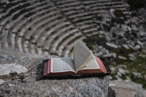 bibel im amphitheater - la union stock-fotos und bilder