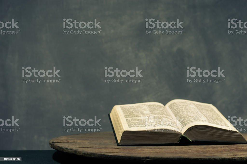 Photo Libre De Droit De Bible Sur Une Table Ronde En Bois