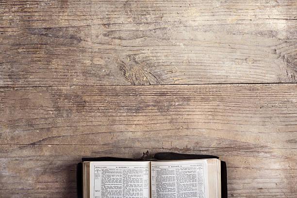 bíblia sobre uma escrivaninha de madeira - cristianismo - fotografias e filmes do acervo