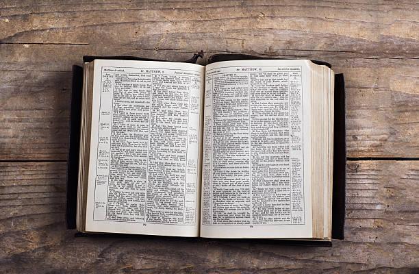 Bible on a wooden desk foto