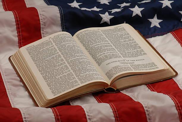 bibel auf flagge. - religionsfreiheit stock-fotos und bilder