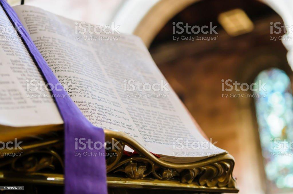 Bibel auf Kanzel in der Kirche öffnen bei Matthäus Kapitel 5. – Foto