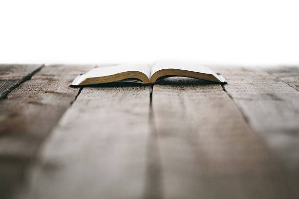 bibel auf holztisch - bible stock-fotos und bilder