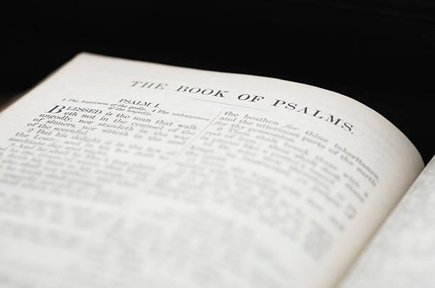 bibel offen an psalm - psalm stock-fotos und bilder