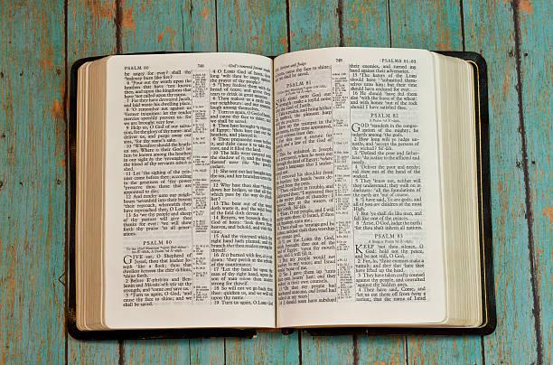 bibel eröffnete psaltery auf holz plank hintergrund - psalm stock-fotos und bilder