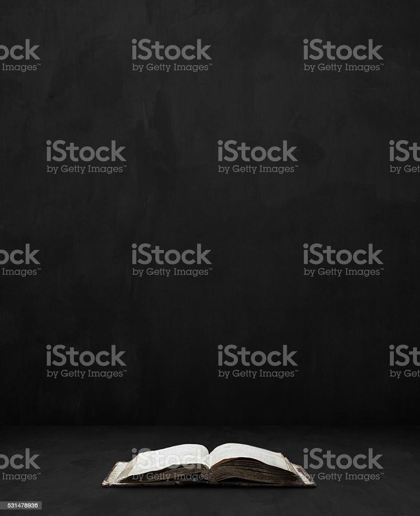 bible sur fond sombre de la chambre - Photo