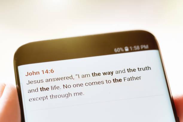 bibel-zitat aus johannes auf dem handy angezeigt - papa zitate stock-fotos und bilder