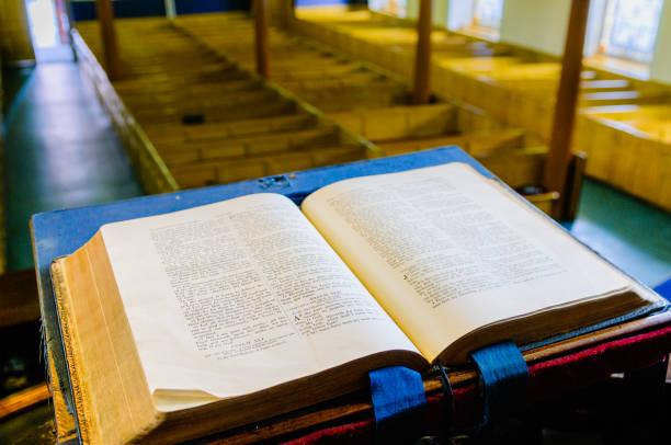 Eine Bibel sitzt offen auf dem Altar einer presbyterianischen Kirche in Nordirland – Foto