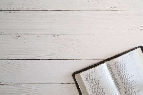 Studie van de Bijbel op een witte houten tafel foto