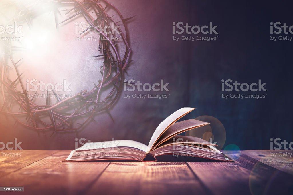 Biblia con una luz que viene desde arriba - foto de stock