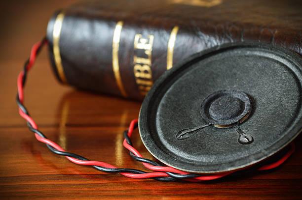 Bibel mit einer alten audio-Lautsprecher – Foto