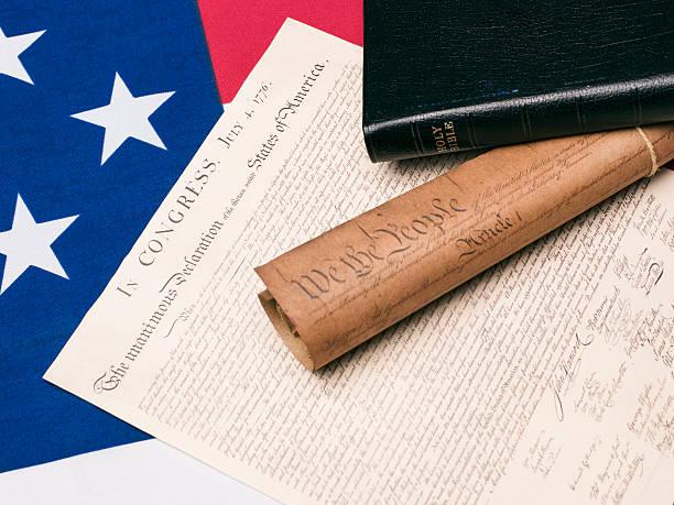 bibel und amerikanische verfassung dokumente auf amerikanische flagge - religionsfreiheit stock-fotos und bilder
