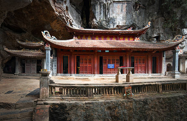 bich dong-pagode in der provinz ninh binh, vietnam.  trung pagode (mitte) - holu stock-fotos und bilder