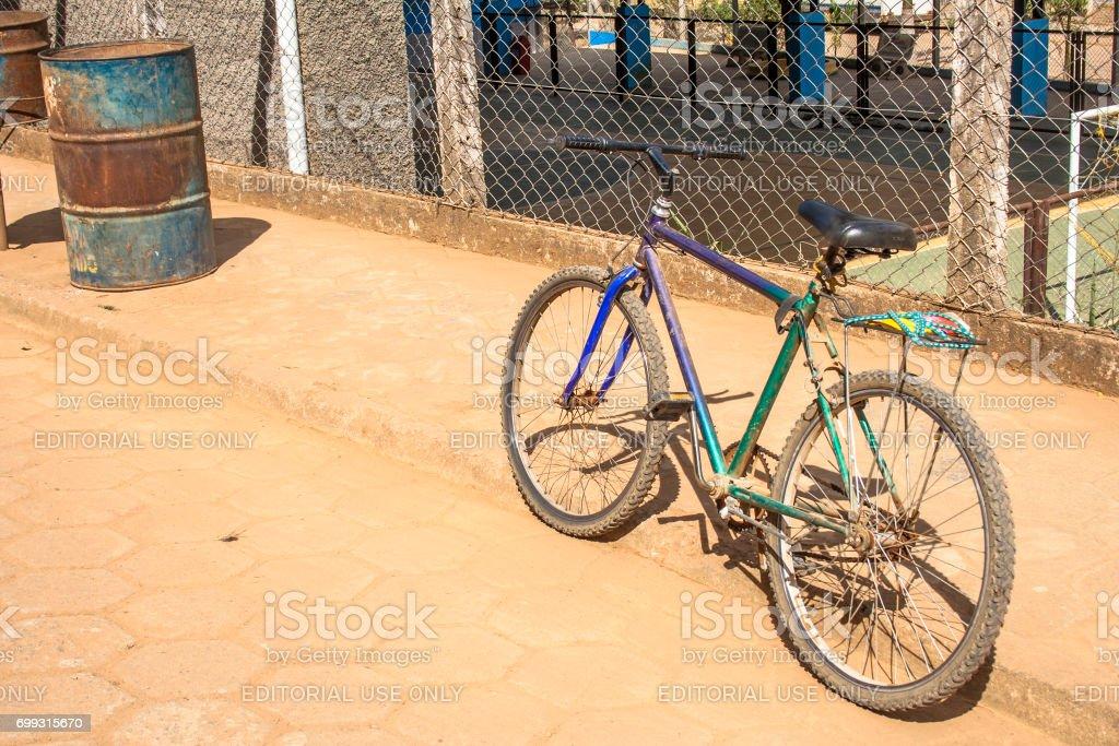 Bicicleta antiga estacionada em uma rua da cidade de Rosário do Limeira, interior do estado de Minas Gerais. 'u2013 FOTO: ALF RIBEIRO -