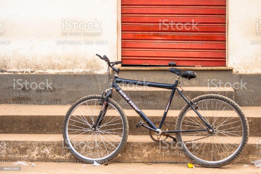 Bicicleta antiga estacionada em uma rua da cidade de Rosário do Limeira, interior do estado de Minas Gerais. 'u2013 FOTO: ALF RIBEIRO - stock photo