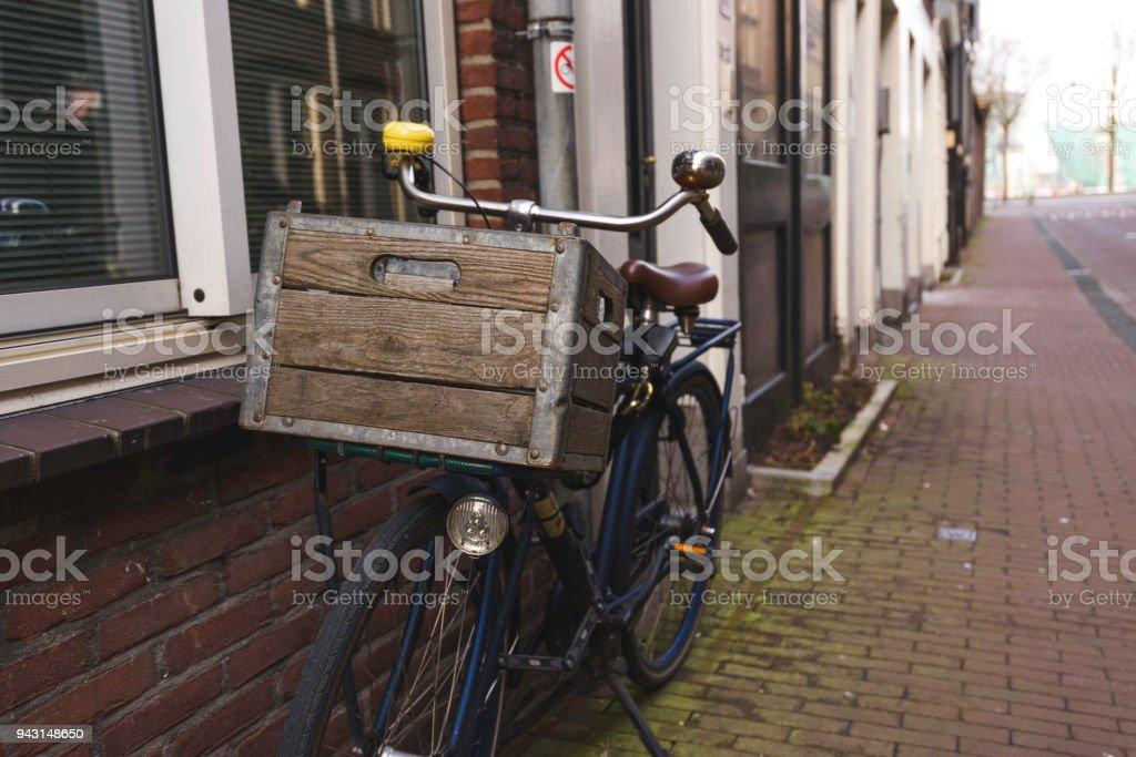 Bicicleta de estilo antiguo aparcada stock photo