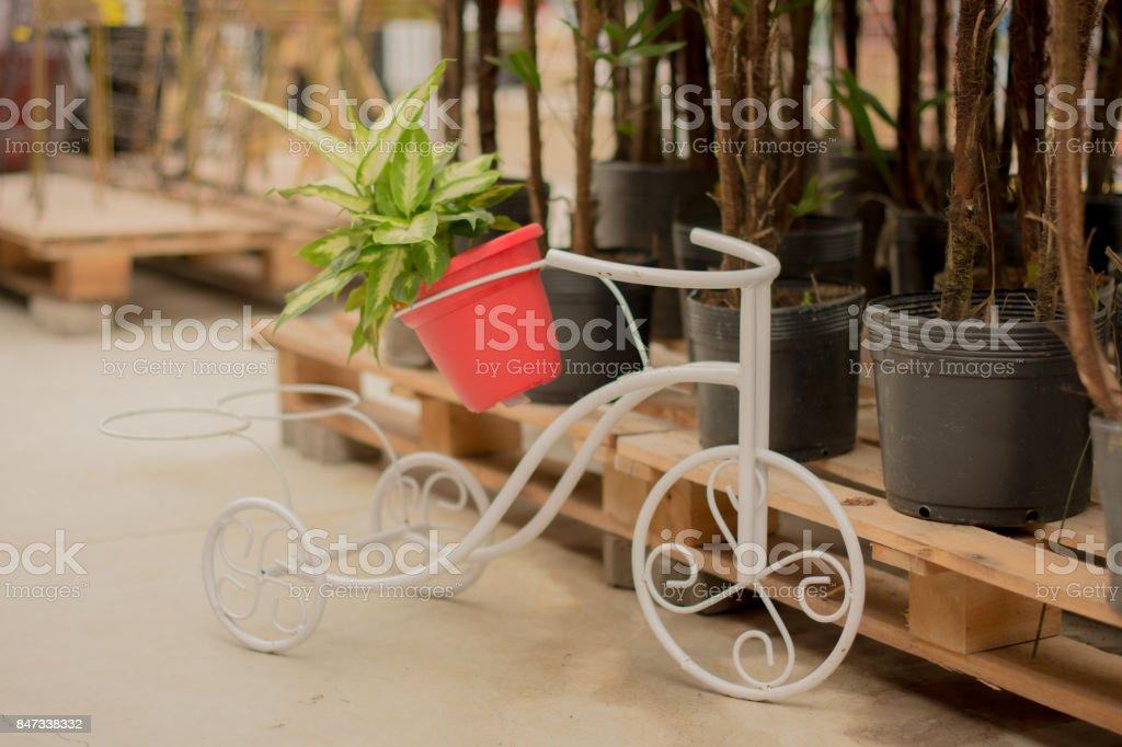 bicicleta decorativa para jardim stock photo