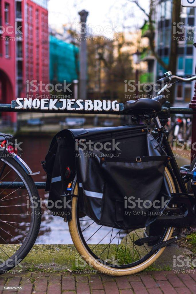 Bicicleta en Snoekjesbrug, Ámsterdam stock photo