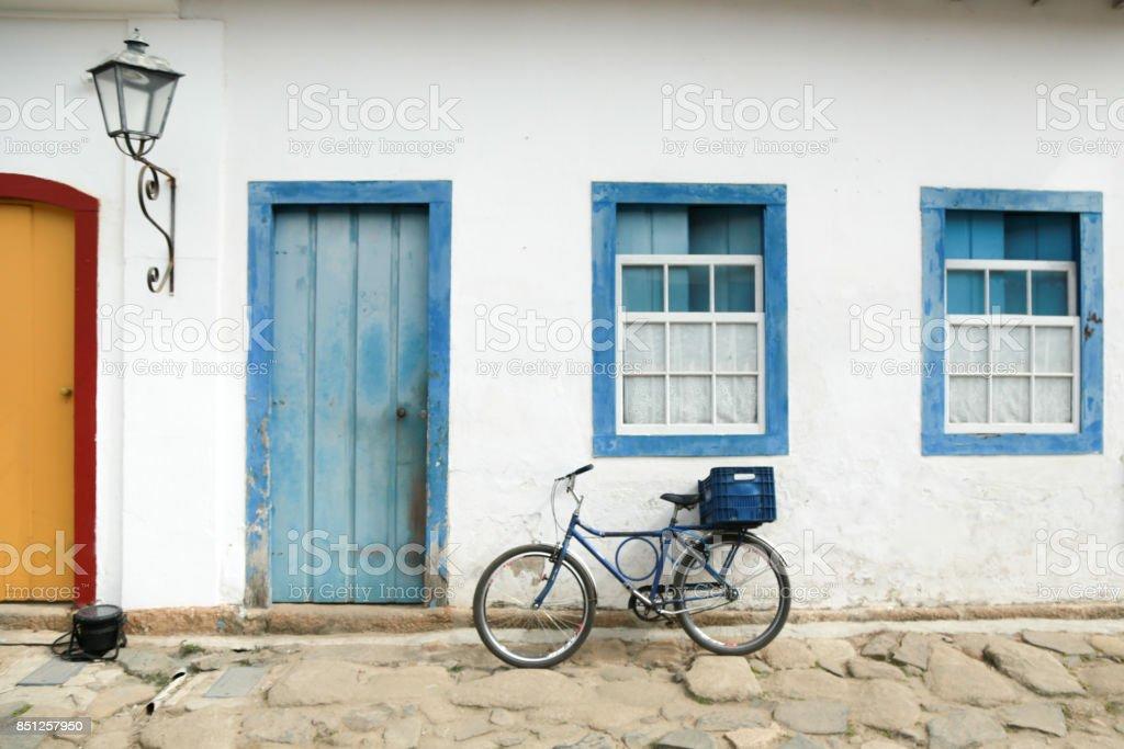 Bicicleta na frente de uma casa stock photo