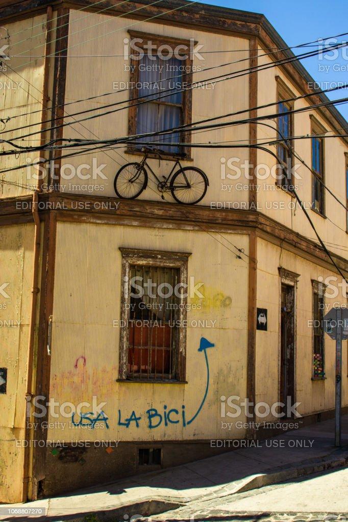 Bicicleta na janela em Valparaiso - Chile stock photo