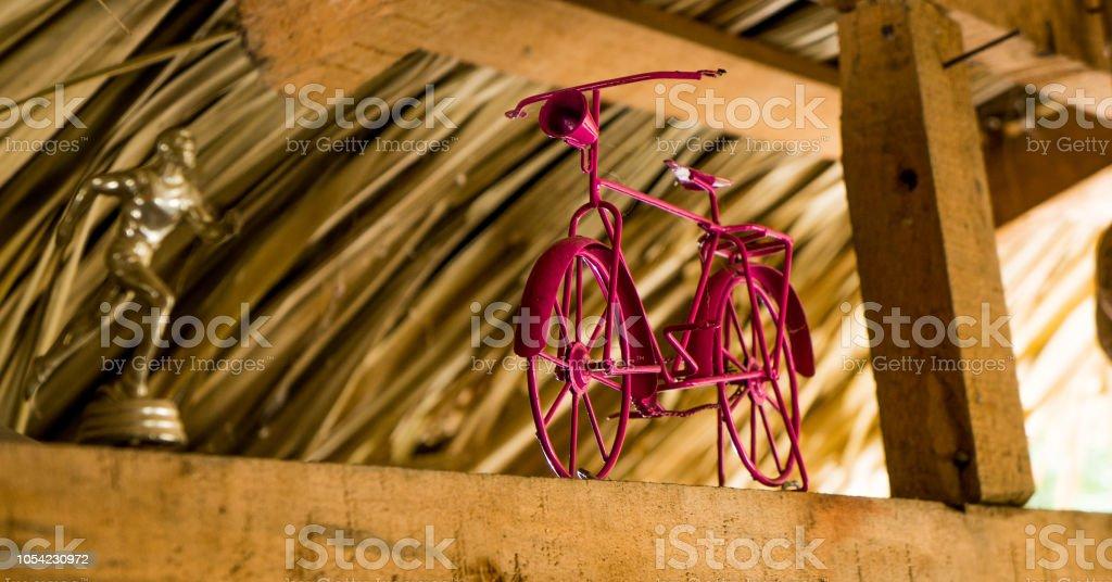 Bicicleta rosa utilizada para la decoración de la cinta. stock photo